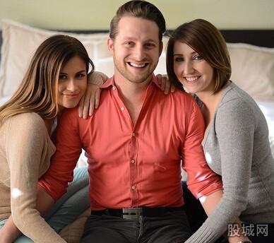 男子与两双性恋女友