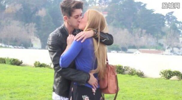 外国男子街头索吻 用这个方法成功与多名陌生美女接吻图片