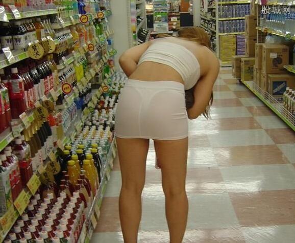 美女夹跳蛋逛街妙龄女带跳蛋透视裙下体内裤若隐若现 享受高潮感觉