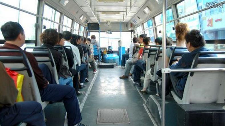 女子公交当众小便 私处裸露很不雅
