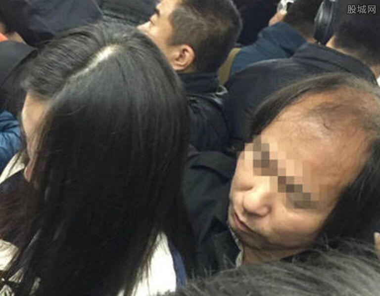 北京地铁现变态男 男子猥亵女孩过程被拍下