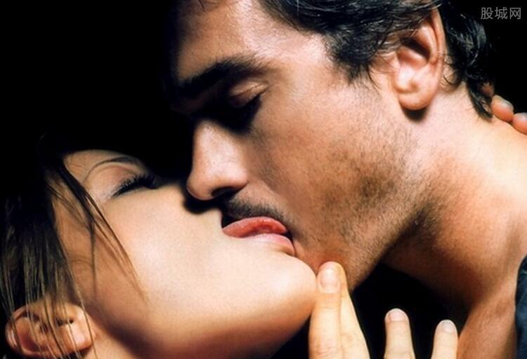 接吻男方喜欢摸女方胸