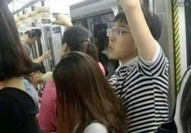 网曝地铁一男子猥亵女子