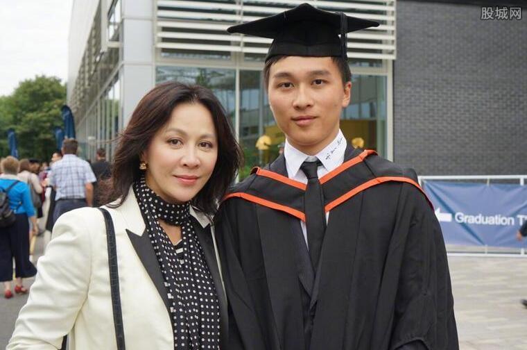 刘嘉玲晒侄子毕业照