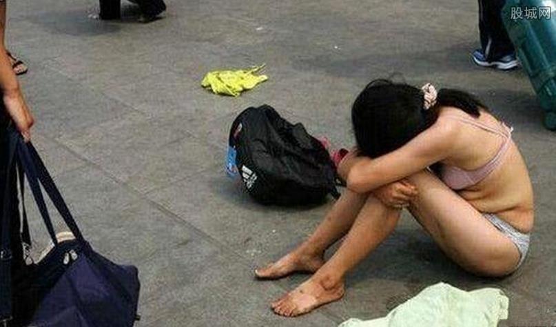 女子街头裸奔