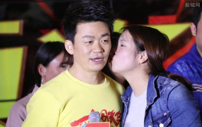 王宝强宣传新片遭女粉丝强吻