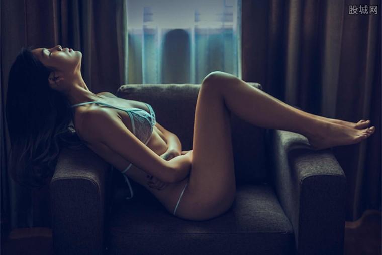 美女闺蜜床上裸身亲密互动 人体摄影作品惹争议