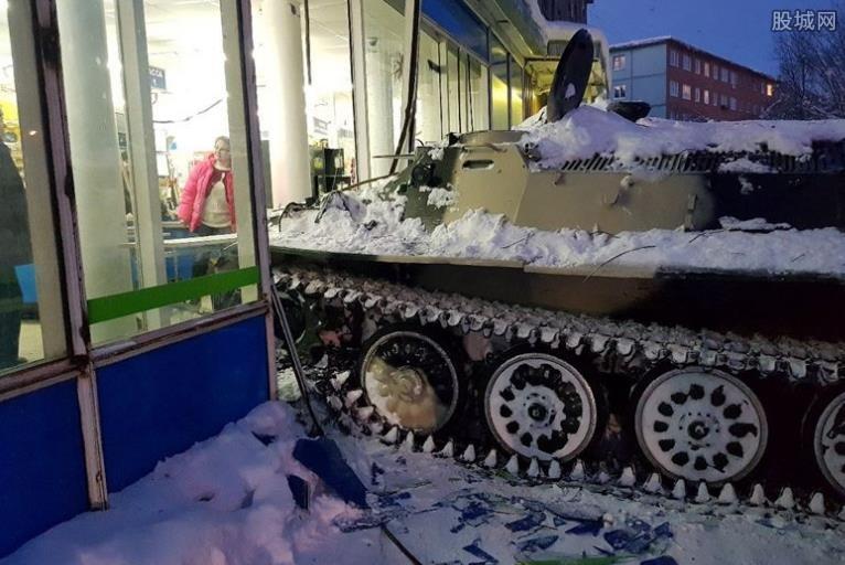 开装甲车闯超市