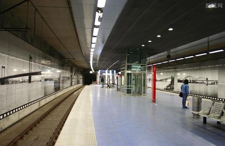 德国地铁碰撞事故 导致当地轨道交通中断