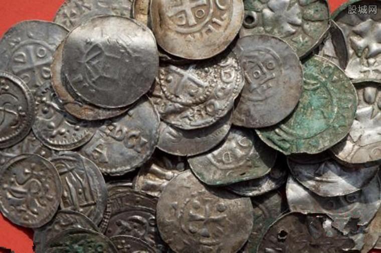 图为被挖掘出来的硬币