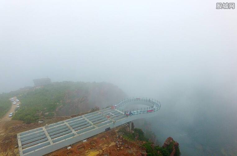 玻璃廊桥采用无斜拉索设计
