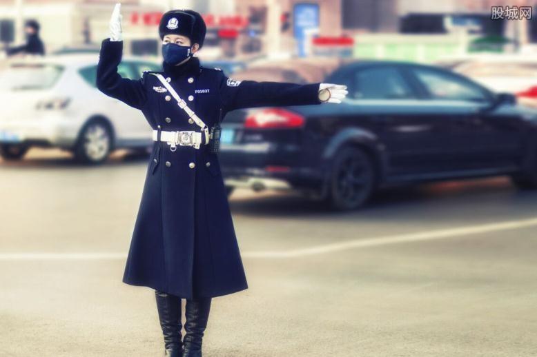 女警在执勤认真工作