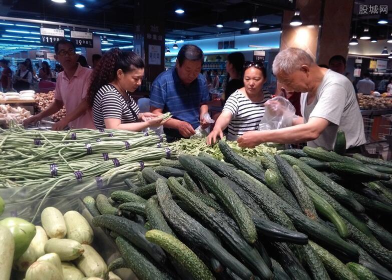 市民在市场买菜