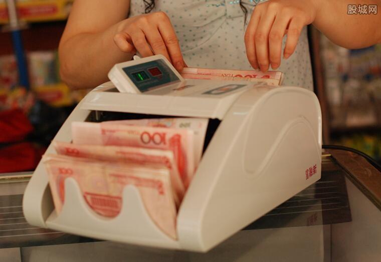 一万块钱存银行一年利息高吗