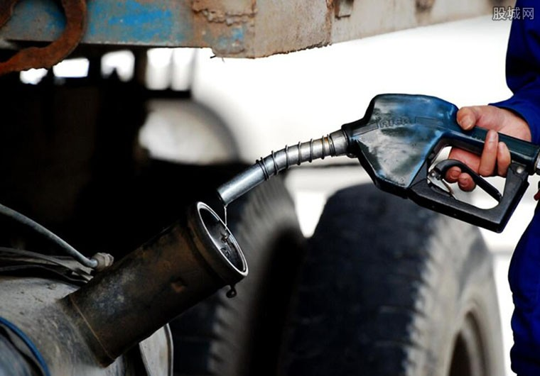 油价大降创4年之最的原因