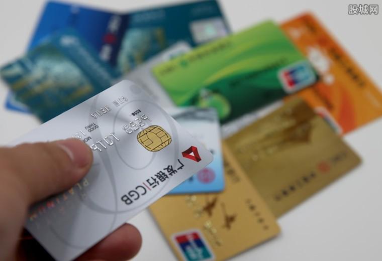 信用卡逾期会不会冻结储蓄卡 会产生滞纳金和逾期费用