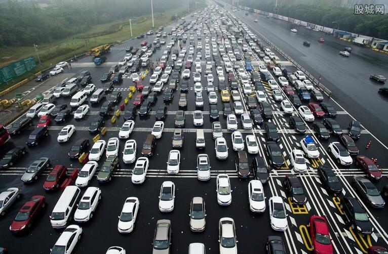 郑州交通陆续恢复 东站所有列车持续停运